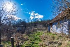 Cielo azul abandonado campo viejo de la casa Imagenes de archivo