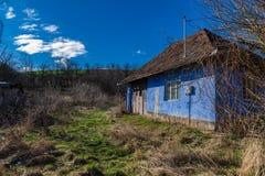 Cielo azul abandonado campo viejo de la casa Imagen de archivo