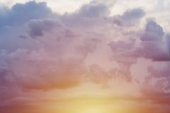 Cielo azul amarillo de la puesta del sol Fotos de archivo libres de regalías