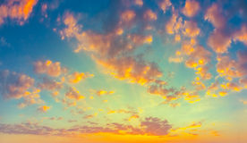 Cielo azul amarillo de la salida del sol con luz del sol Imagenes de archivo