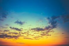 Cielo azul amarillo de la salida del sol con luz del sol Imagen de archivo libre de regalías