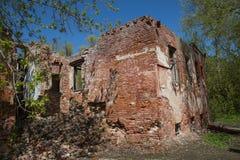 Cielo azul arruinado del tiro exterior de la casa del ladrillo Fotografía de archivo libre de regalías