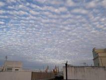 Cielo azul y nubes & x28;Cádiz& x29;. San santo domingo cdiz iglesia cielo azul astilleros stock image