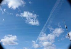 Cielo azul brillante con las nubes Fotografía de archivo