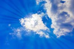 Cielo azul brillante con las nubes y la luz del sol Fotos de archivo