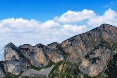 Cielo azul brillante de los picos de altas montañas de la cordillera con las nubes Montan@as, Austria Foto de archivo libre de regalías
