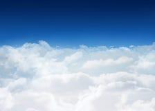 Cielo azul brillante sobre las nubes Imagenes de archivo