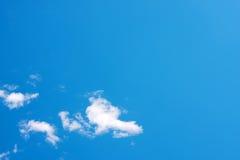 Cielo azul claro Imagenes de archivo