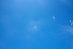 Cielo azul, claro Fotos de archivo
