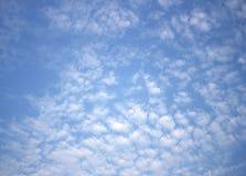 Cielo azul claro con el fondo de las nubes imagen de archivo libre de regalías