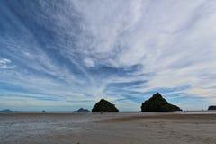 Cielo azul claro con las nubes en la playa Imágenes de archivo libres de regalías