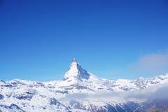 Cielo azul claro en la montaña de Cervino en suizo fotografía de archivo libre de regalías