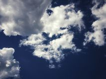 Cielo azul claro hermoso y nubes blancas Cielo claro en el día de verano imagen de archivo libre de regalías