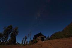 Cielo azul claro sobre una casa abandonada Imagenes de archivo