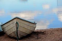 Cielo azul claro y barco de fila blanco Fotos de archivo