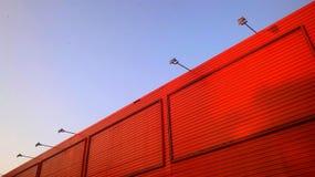 Cielo azul claro y edificio anaranjado Imagen de archivo