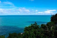 Cielo azul claro y el mar en la isla de Samui Foto de archivo