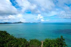 Cielo azul claro y el mar en la isla de Samui Imagenes de archivo