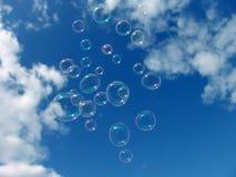 Cielo azul colorido de las burbujas de jabón Fotografía de archivo