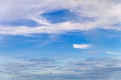 Cielo azul con cierre encima del fondo de las nubes y de p minúsculos mullidos blancos Fotos de archivo libres de regalías