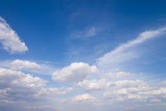 Cielo azul con cierre encima del fondo de las nubes y de p minúsculos mullidos blancos Foto de archivo