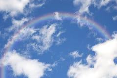 Cielo azul con el arco iris Fotos de archivo