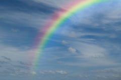 Cielo azul con el arco iris Imagenes de archivo