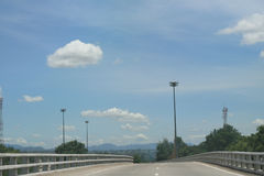 Cielo azul con el camino vacío Imagen de archivo