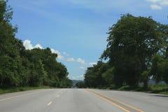 Cielo azul con el camino vacío Imagenes de archivo