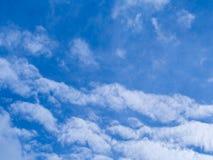 Cielo azul con el fondo blanco de la nube Imágenes de archivo libres de regalías