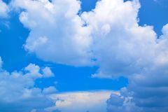 Cielo azul con el fondo 1710080025 de las nubes Foto de archivo libre de regalías