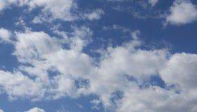 Cielo azul con el fondo de las nubes Fotos de archivo