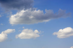 Cielo azul con el fondo de las nubes Foto de archivo