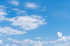 Cielo azul con el fondo de las nubes imagen de archivo