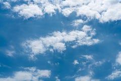 Cielo azul con el fondo de las nubes imagen de archivo libre de regalías