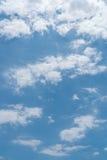 Cielo azul con el fondo de las nubes fotografía de archivo
