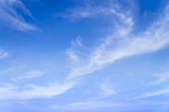 Cielo azul con el fondo de las nubes del primer y el PA minúsculos mullidos blancos Fotografía de archivo