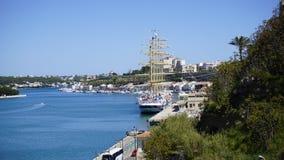 Cielo azul con el mar azul con la naturaleza verde Minorca España Fotos de archivo libres de regalías