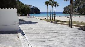 Cielo azul con el mar azul con la naturaleza verde Minorca España Foto de archivo libre de regalías