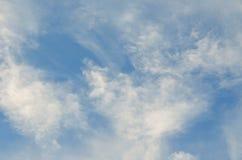 Cielo azul con el primer de la nube imagenes de archivo