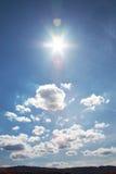 Cielo azul con el sol Fotos de archivo
