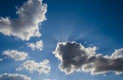 Cielo azul con el sol y las nubes imagen de archivo libre de regalías