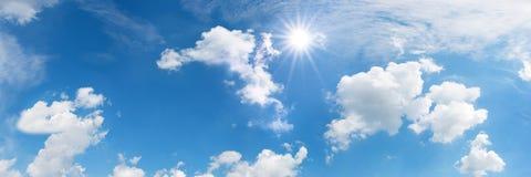 Cielo azul con el sol y las nubes Imagen de archivo