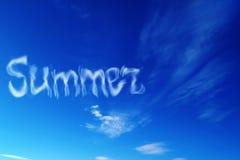 Cielo azul con el verano de la inscripción Fotografía de archivo