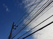 Cielo azul con la línea de electricidad Imagen de archivo