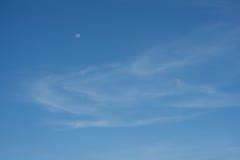 Cielo azul con la luna Imagen de archivo