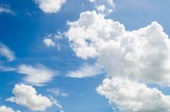 Cielo azul con la nube. Imagenes de archivo