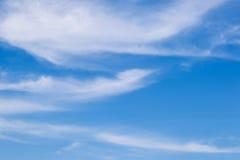 Cielo azul con la nube imagen de archivo
