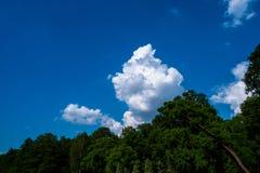 Cielo azul con la nube blanca imagen de archivo