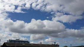 Cielo azul con la nube blanca Fotos de archivo